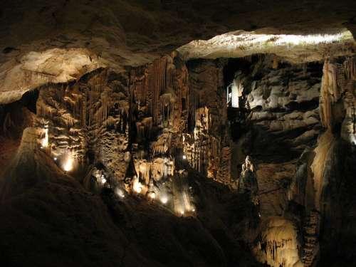 La catedral en la Grotte de Saint-Marcel