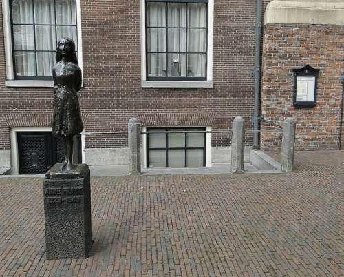 Estatua de Ana Frank en Ámsterdam