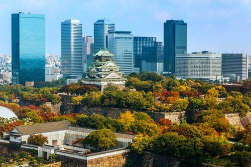 El castillo de Osaka en Japón, tradición entre rascacielos