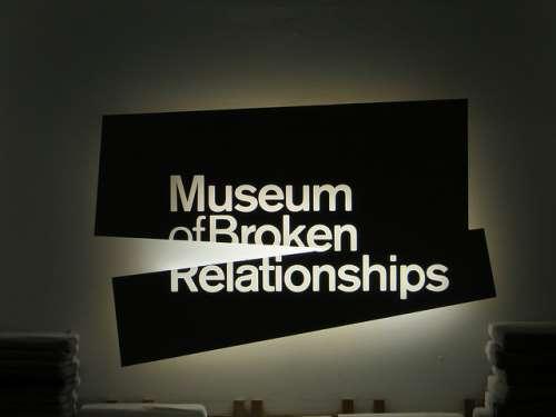 El Curioso Museo De Las Relaciones Rotas En Zagreb Mi Viaje