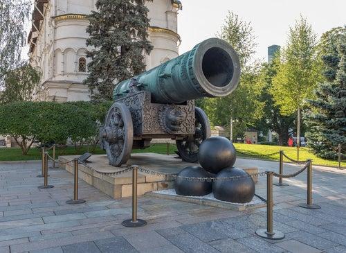 Cañón Tsar Pushka en el Kremlin de Moscú