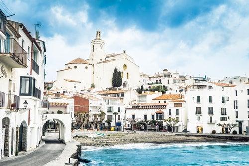 Vista de Cadaqués, uno de los pueblos de Girona más bellos