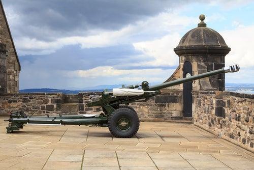 Cañón de la una en punto castillo de Edimburgo