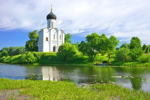 Iglesia de la Intercesión en el Anillo de Oro de Rusia