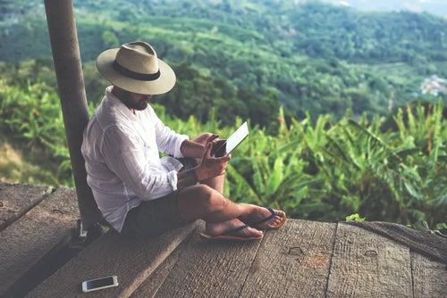 Viajero con tablet