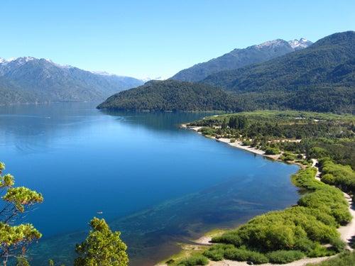 Lago Puelo en la alta montaña argentina