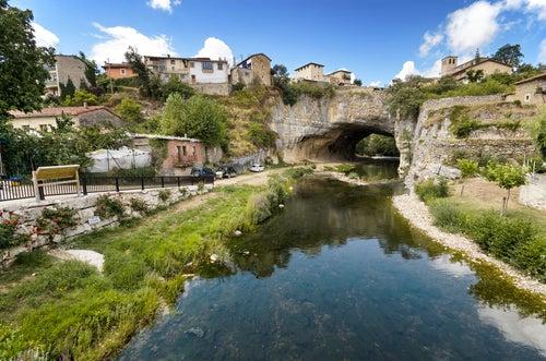Arco de piedra en Puentedey en España