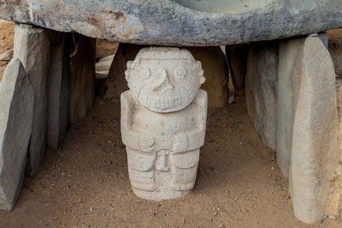 Estatua en el Parque arqueológico de San Agustín