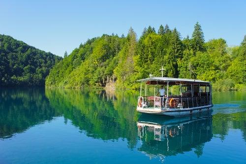 Barco turístico en el Parque Nscional de Plitvice
