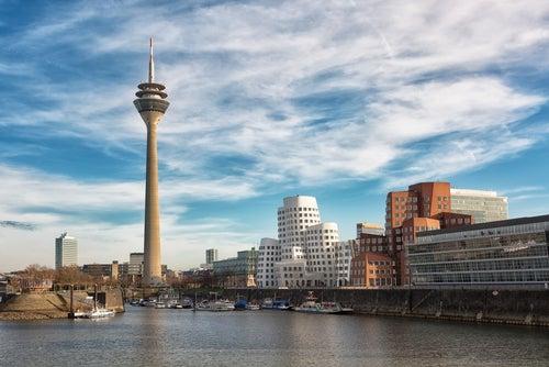 Vista de la Rheinturm en Dusseldorf