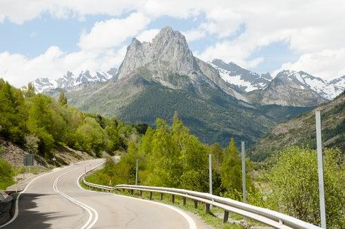 Carretera por los Pirineos para viajes en autocaravana