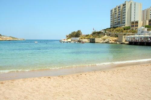 St. George's Bay, una de las playas de Malta más animadas