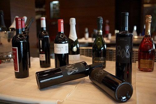 Etiquetas de vino en botellas