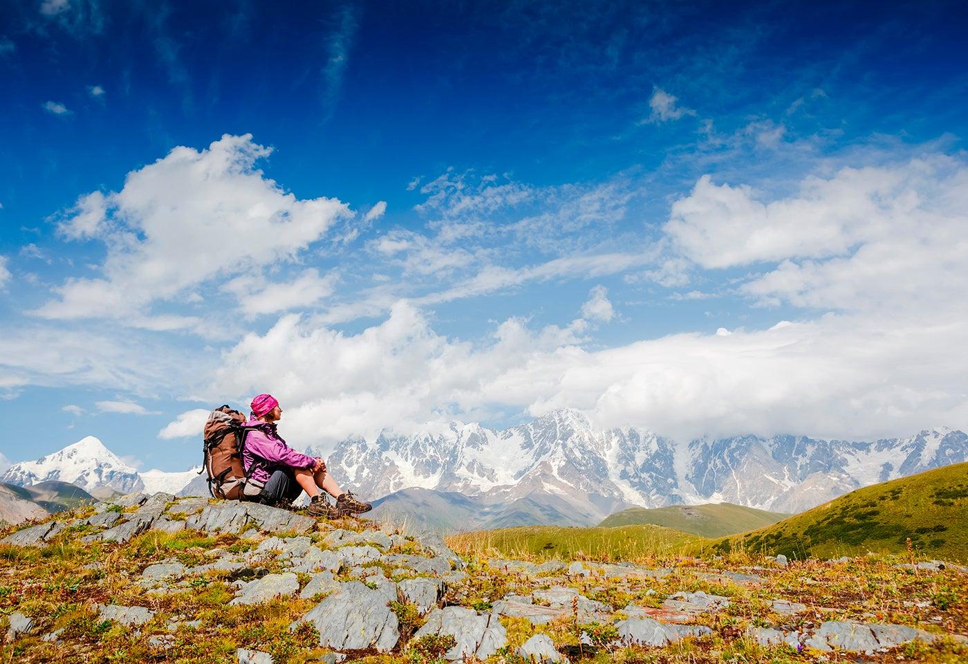Hombre mirando el paisaje