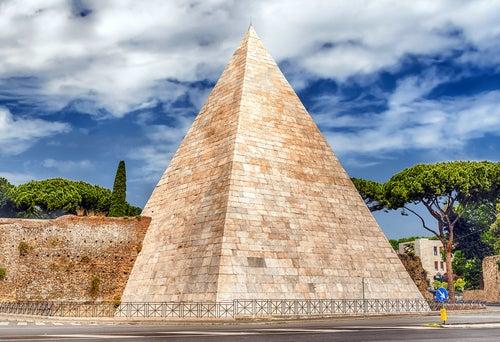 Pirámide Cestia, uno de los rincones secretos de Roma