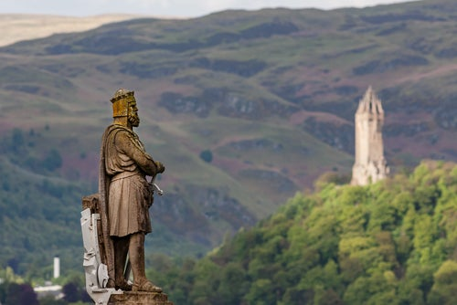 Estatua de Robert The Bruce frente almonumento a William Wallace
