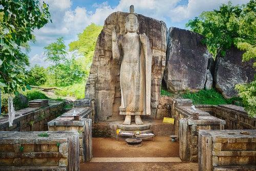 Escultura de Buda en Aukana, uno de los tesoros de Sri Lanka