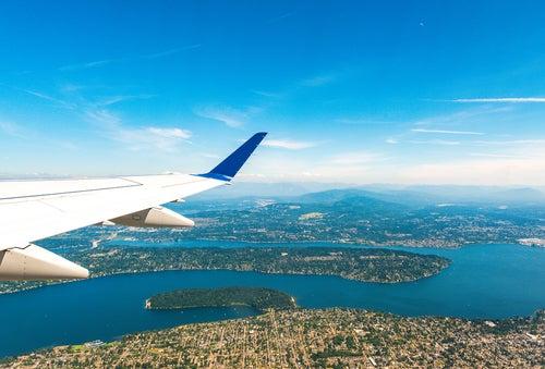 Avión sobre una ciudad