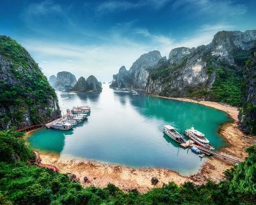 Bahía de Ha long en Vietnam, lugar para unas vacacionesbaratas