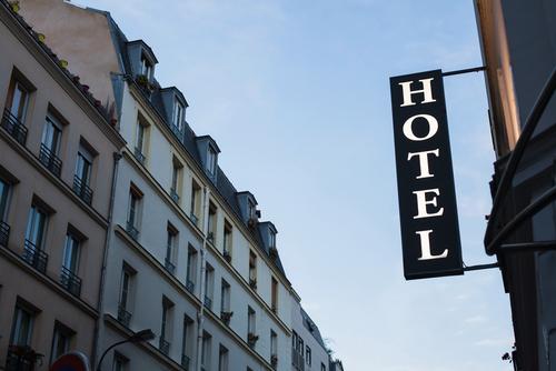 Cartel de hotel para unas vacaciones baratas