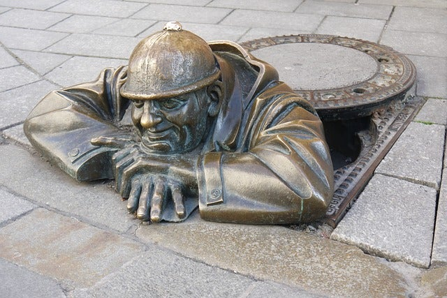 Escultura de u n hombre saliendo de alcantarilla en Bratislava
