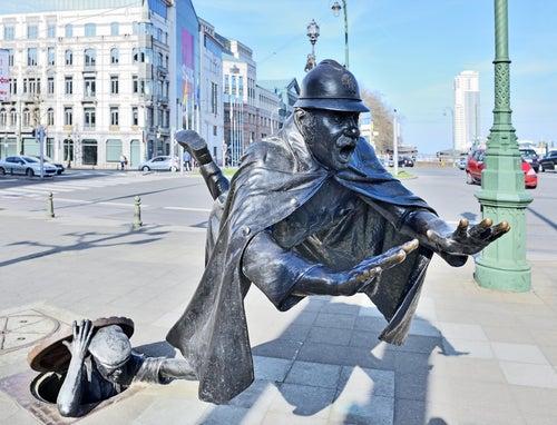 Escultura de un ladrón tirando a un policía en Bruselas
