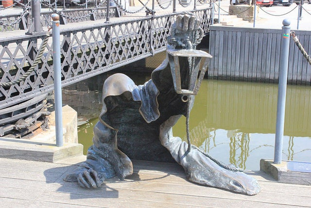 Escultura del fantasma negro en Klaipeda