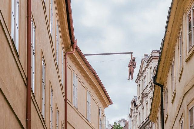 Escultura de Freud al borde del abismo en Praga