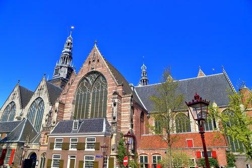 Oude Kerk uno de los lugares que ver en Ámsterdam