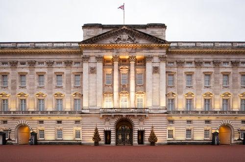 Fachada principal del Palacio Real de la Corona Británica