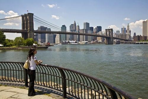 Mujer en Nueva York siguiendo consejos para viajeros