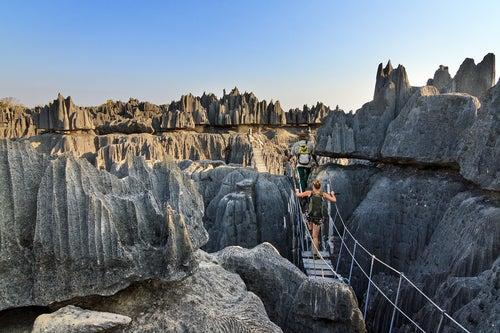 Viajeros en el bosque de piedra de Tsingy