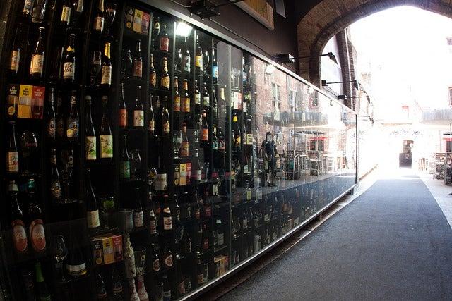 2be Beer Wall, uno de los lugares que ver al viajar a Brujas