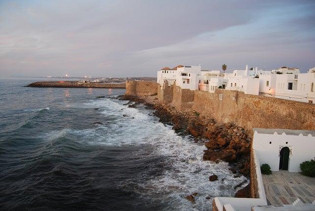 Recorre las calles de Assilah, en la costa de Marruecos