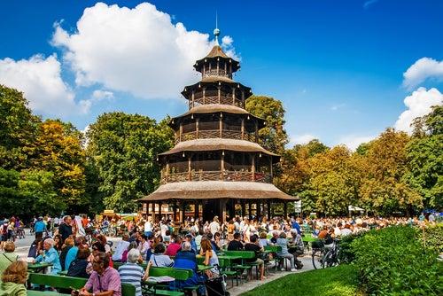 Biergarten, una de las actividades diferentes por Múnich