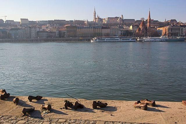 """Monumento """"Zapatos del Danubio"""" en Budapest"""