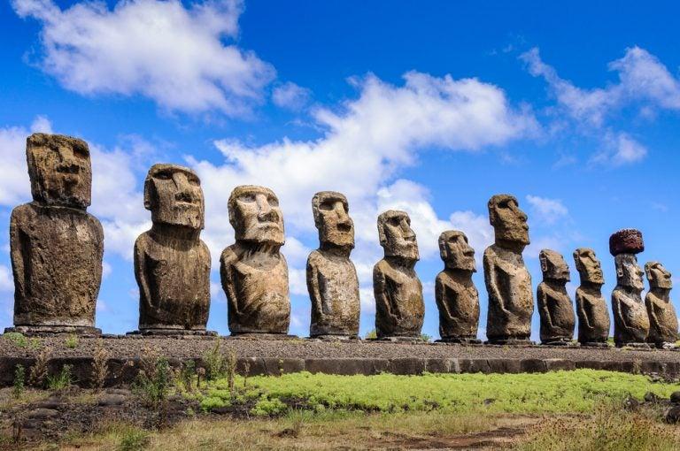 Las estatuas monolíticas de los moái en la isla de Pascua