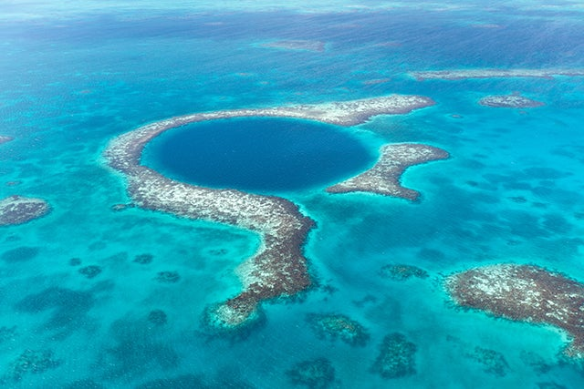 ¿Dónde se pueden ver cenotes y agujeros azules?