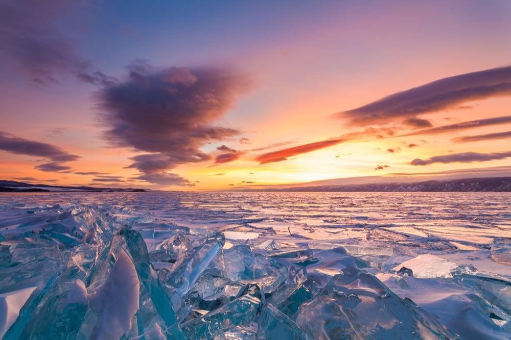 Paisajes invernales en el lago Baikal en Rusia