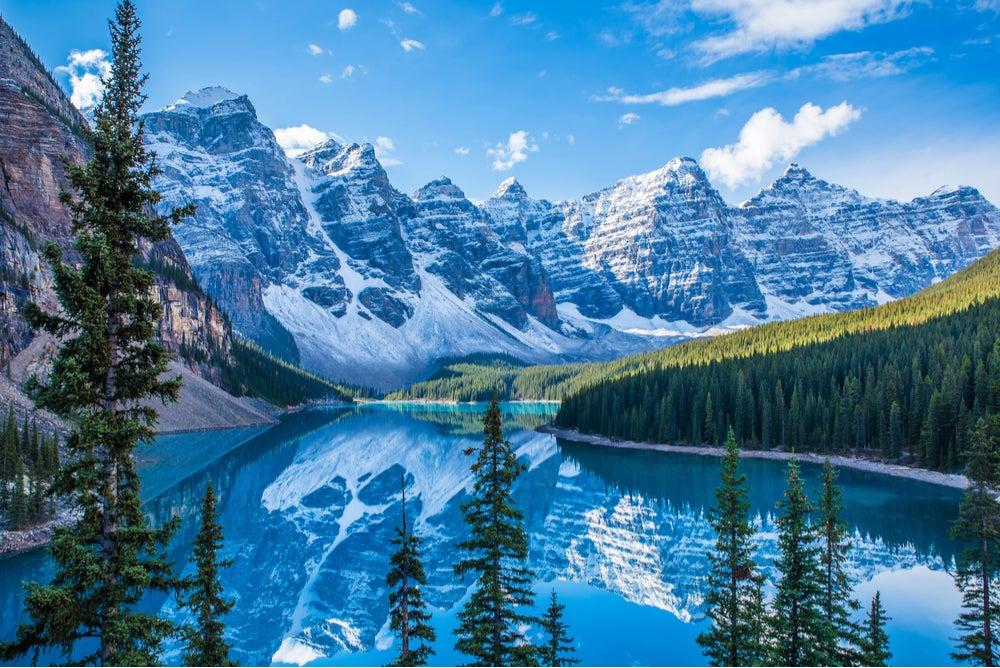 Paisajes invernales del lago Moraine en Canadá