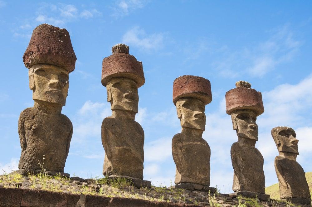 Estatuas monolíticas de los moái en la isla de Pascua