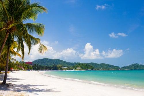 Playa de Lagnkawi en Malasia, uno de los destinos asiáticos