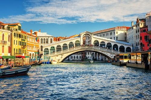 Puente de Rialto en el Gran Canal de Venecia