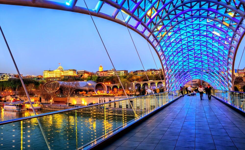 Puente de la Paz en la capital de Georgia