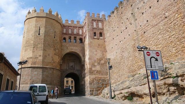 Disfrutar de Segovia: cruzar la puerta de la muralla