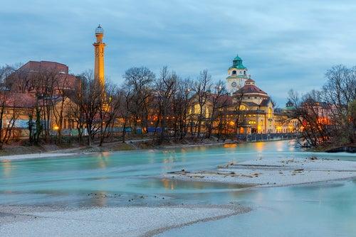 Aterdecer en el río, una del as actividades diferentes por Múnich