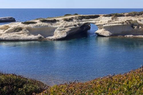 S'Archittu, una de las razones para hacer turismo en Cerdeña