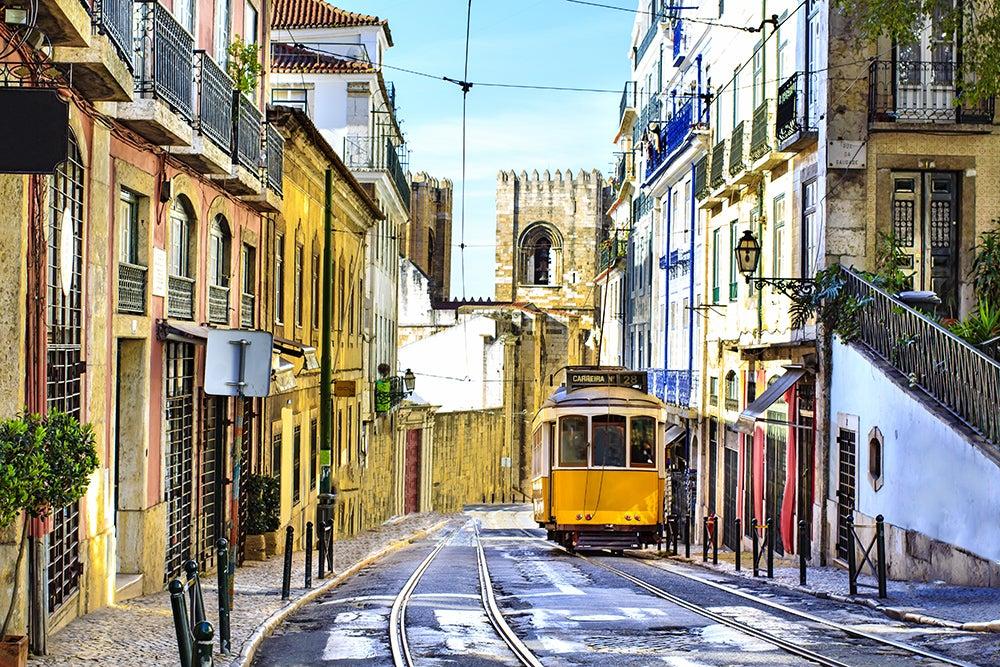 Tranvía en la Alfama de Lisboa