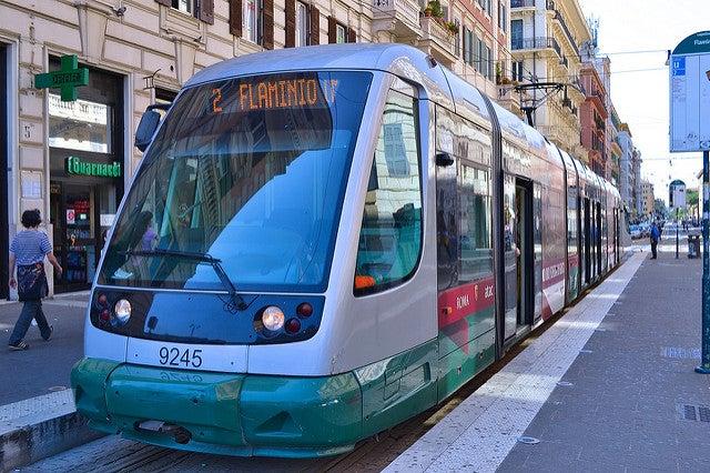 Tranvía, una de las opciones para moverse por Roma
