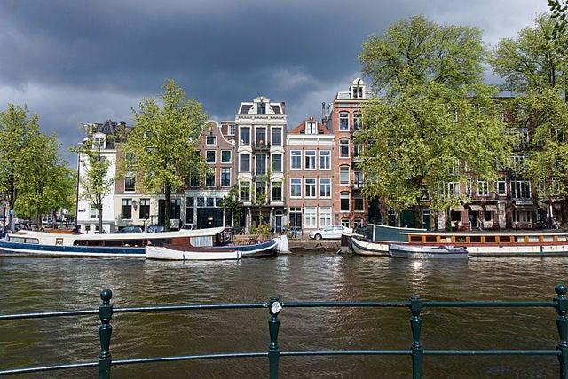 Zwanenburgwal,uno de los canales de Ámsterdam más conocidos